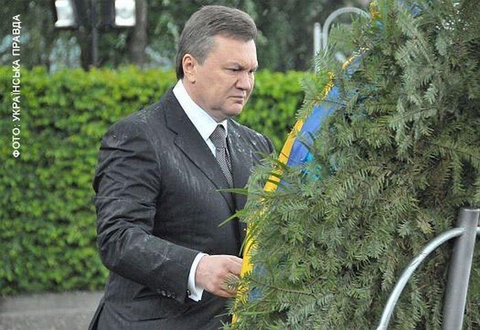 На Януковича упал венок (8 фото + видео)