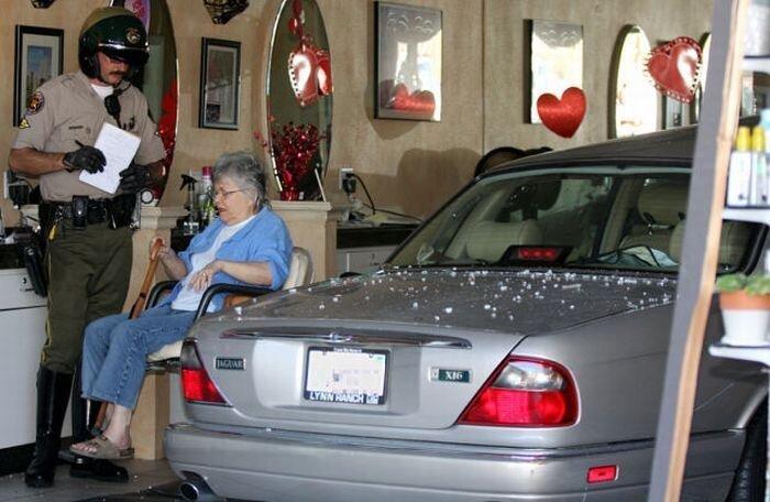 Бабуля приехала к парикмахеру (7 фото)