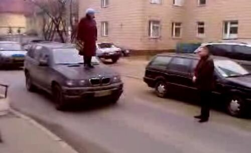 Бабка топчет БМВ Х5 (видео)