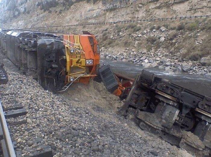 Грузовой поезд упал в каньон от удара о каменную глыбу (9 фото)