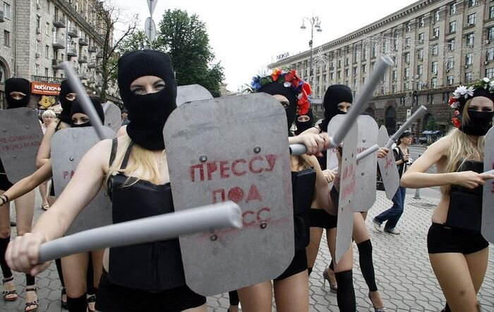 FEMEN били дубинками журналистов за свободу слова (4 фото + текст)