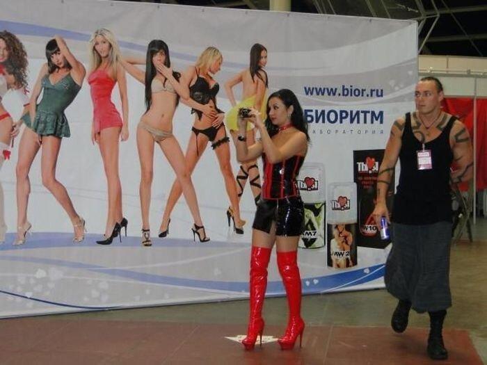 Девушки с выставки для взрослых (19 фото)