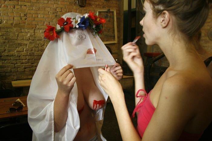 "Активистки FEMEN показали Азарову ""кровосиси"" (5 фото + 2 видео НЮ)"