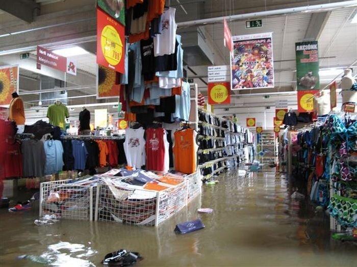 Затопленный супермаркет (5 фото)