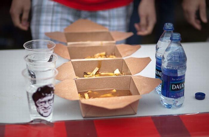 Поедание путина в Канаде (16 фото)