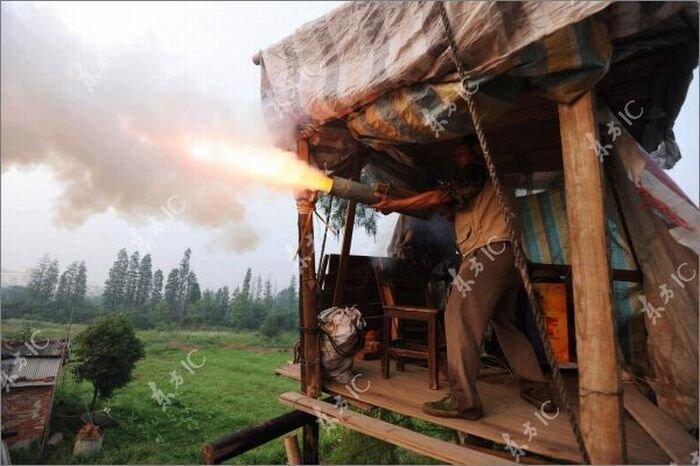 Фермер защищает свою землю самодельной пушкой (16 фото)