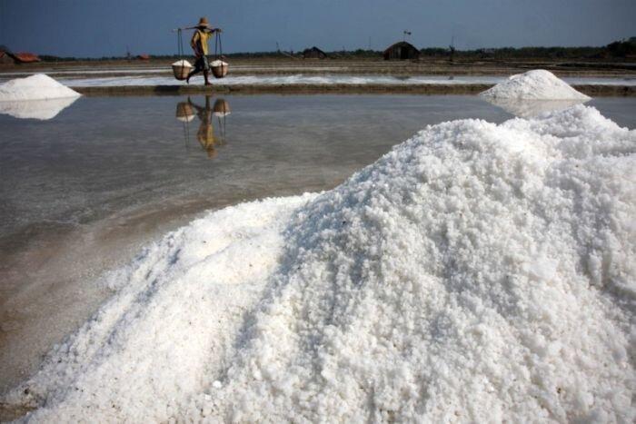 Как добывается соль в Индии и Индонезии (28 фото)