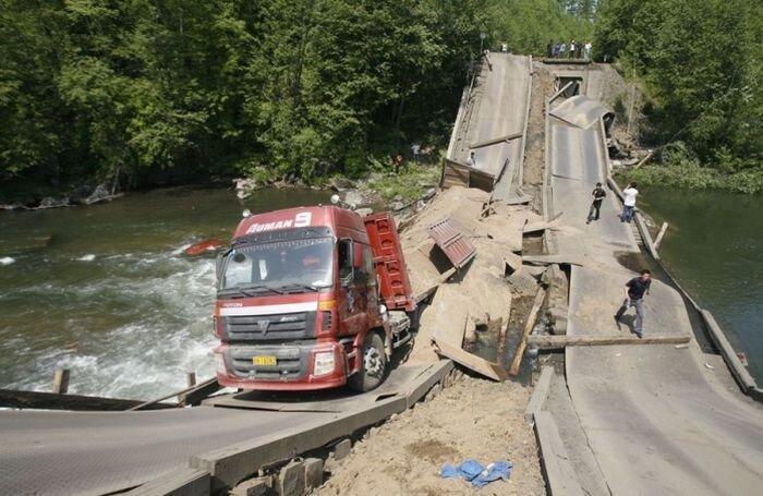 Мост обрушился из-за большого веса грузовика (7 фото) за 11 июня 2010