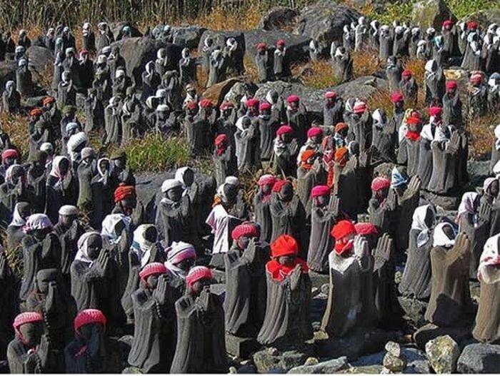 Божества возле японского вулкана (10 фото)
