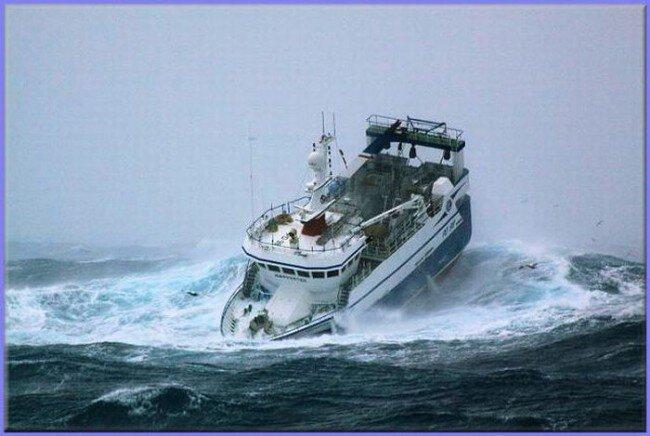 Рыболовецкое судно попало в шторм (7 фото)
