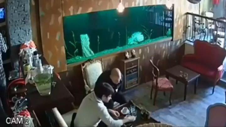 Внезапно лопнувший аквариум омрачил отдых посетителей кафе