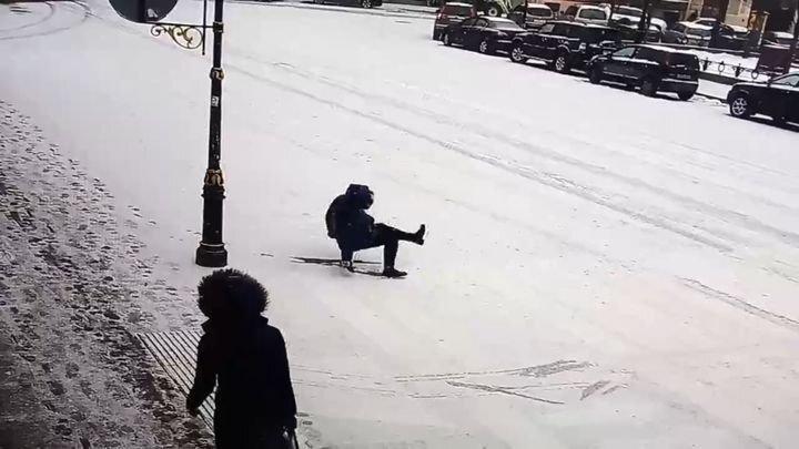 Почти синхронное падение пешеходов в Санкт-Петербурге