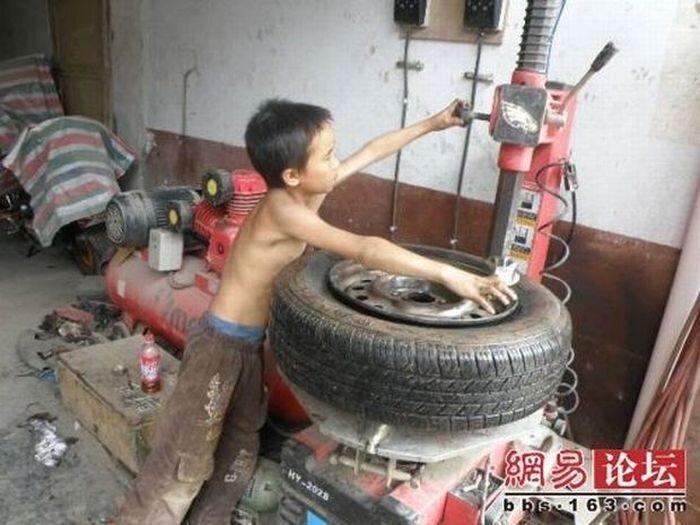 Маленький шиномонтажник (8 фото)