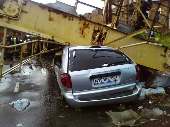 В Москве упал кран (8 фото)