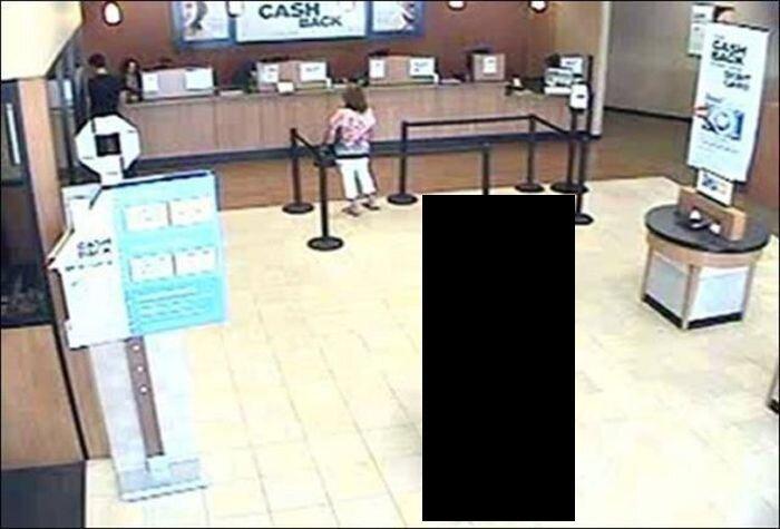 Дарт Вейдер застукан при ограблении банка (2 фото)