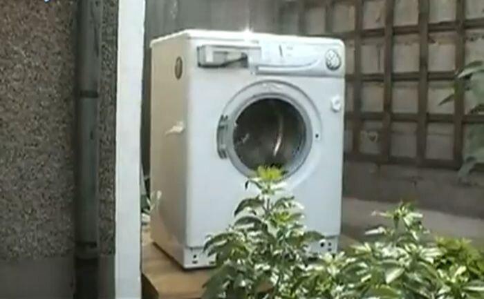Что будет, если в стиральную машину засунуть кирпич? (видео)