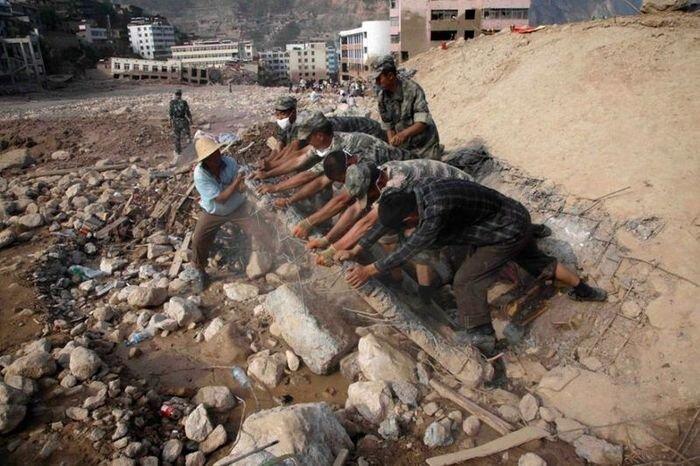 Более тысячи человек погибли из-за оползней в Китае (16 фото)