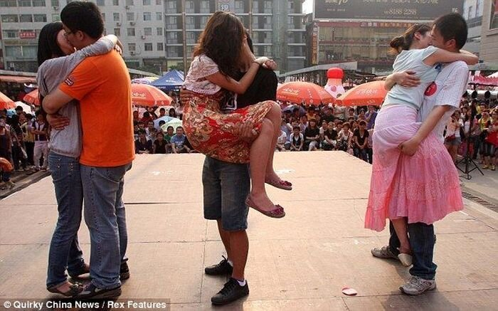Чемпионат по необычному поцелую (7 фото)