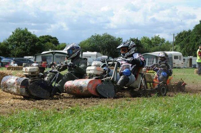 Серьезные гонки на газонокосилках (24 фото+текст)