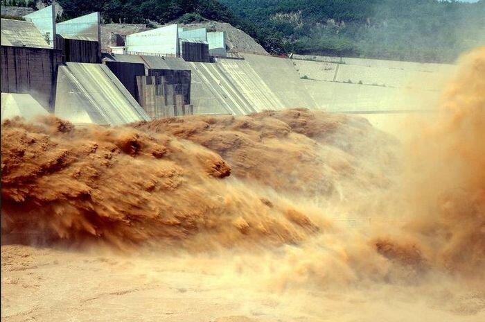 Проливные дожди вызвали наводнение. (8 фото)