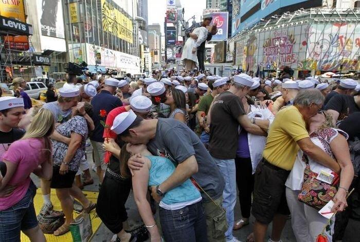 Поцелуй на Таймс Сквер (11 фото)