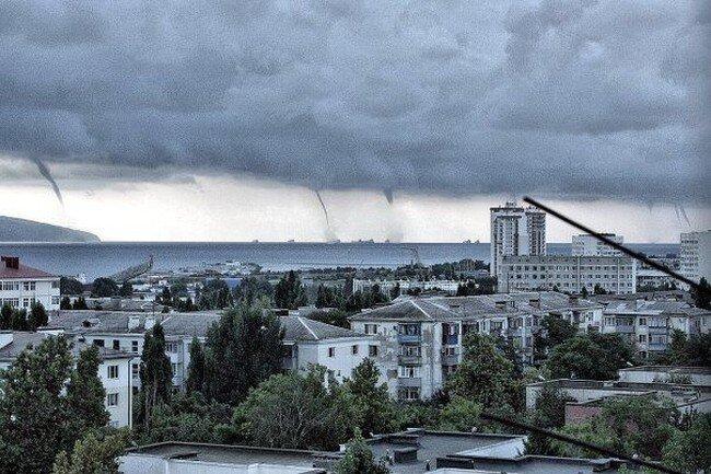 Cмерч в Новороссийске (3 фото)
