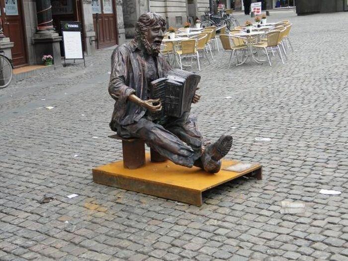 Бронзовые статуи бездомных (19 фото)