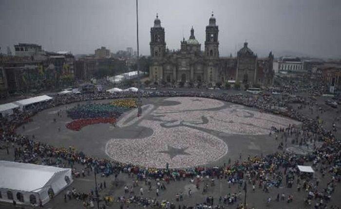 В Мехико выложили рисунок из миллиона банок (3 фото)