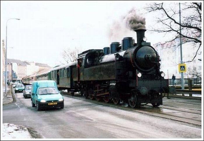 Поезда в городе (32 фото)