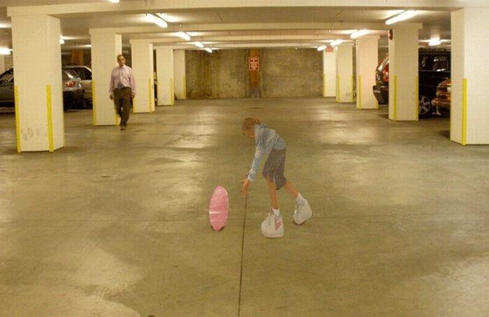 Лежачего полицейского заменили на 3-D девочку (2 фото+видео)