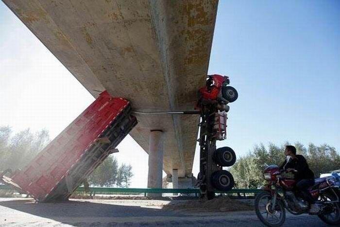 Езда на грузовике с поднятым кузовом опасна (4 фото) за 13 сентября 2010