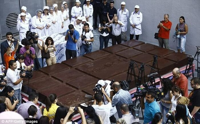 В Армении изготовлен самый большой шоколад в мире (3 фото)
