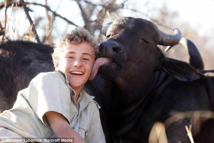 Мальчик подружился с быком (4 фото)