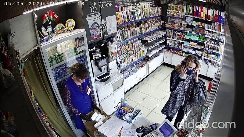 Одна дама уронила кошелек — другая незаметно подобрала