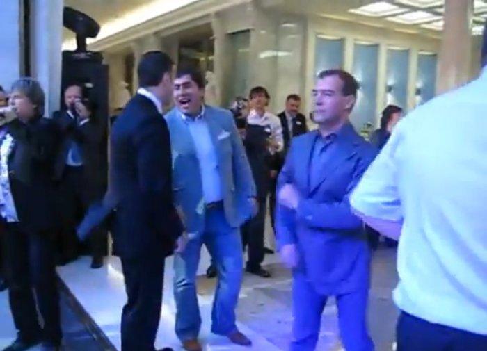 Медведев танцует с Мартиросяном под Американ Бой (видео)
