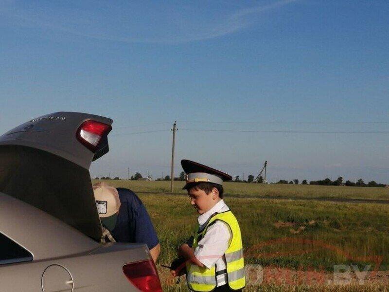 Мальчик в форме ГИБДД останавливает машины, а водители ему подыгрывают. ГАИ нашла парня
