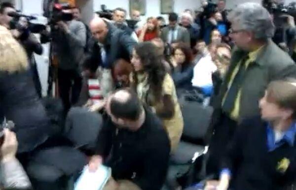 Журналистка закидала Жириновского квашеной капустой (3 фото + видео)