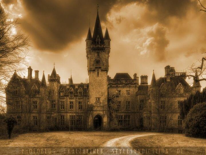 Заброшенный замок Chateau Miranda (52 фото)