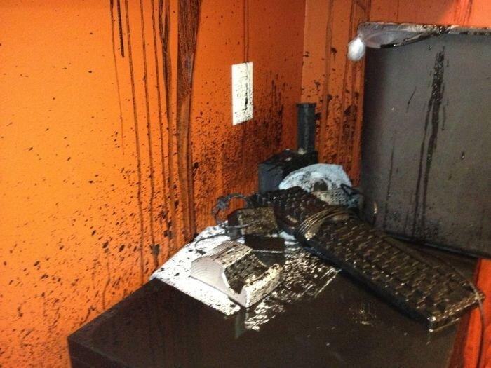 Черная жидкость затапливает офис (35 фото)
