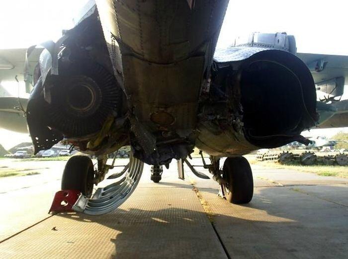 Удачная посадка подбитого Су-25 (6 фото)
