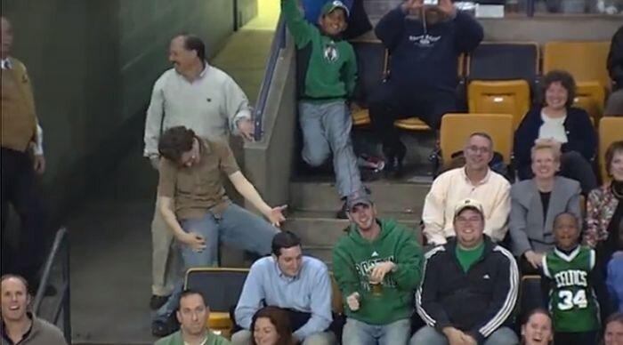 Фанат на стадионе во время матча (видео)