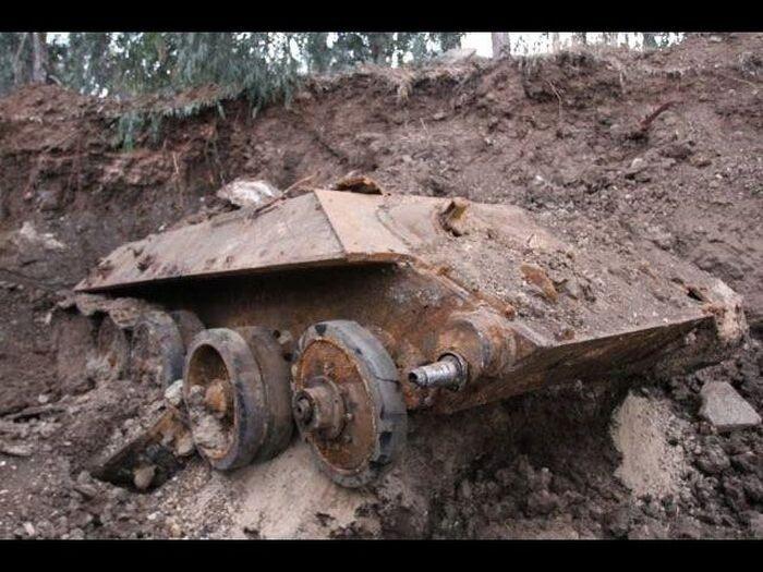 Советский танк Т-34 найден закопанным в Холоне (6 фото)