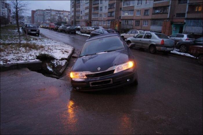 В Пскове автомобиль провалился под асфальт (11 фото)