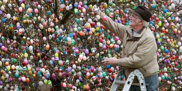 Volker Kraft Decorates Tree With 10,000 Easter Eggs