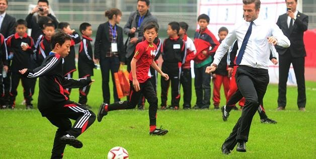 David Beckham Falls Playing Soccer with Kids In China (7 pics)