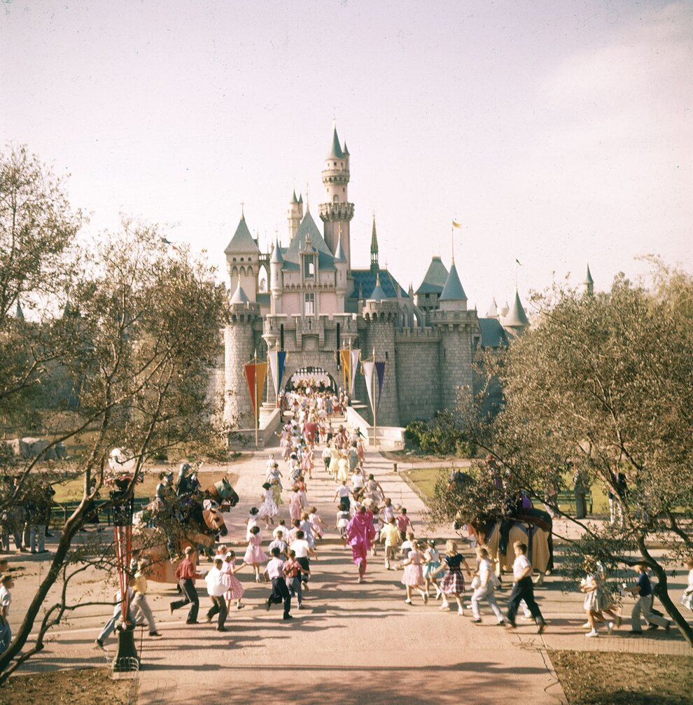 18 Wonderful And Rare Color Photos Of Disneyland In 1955