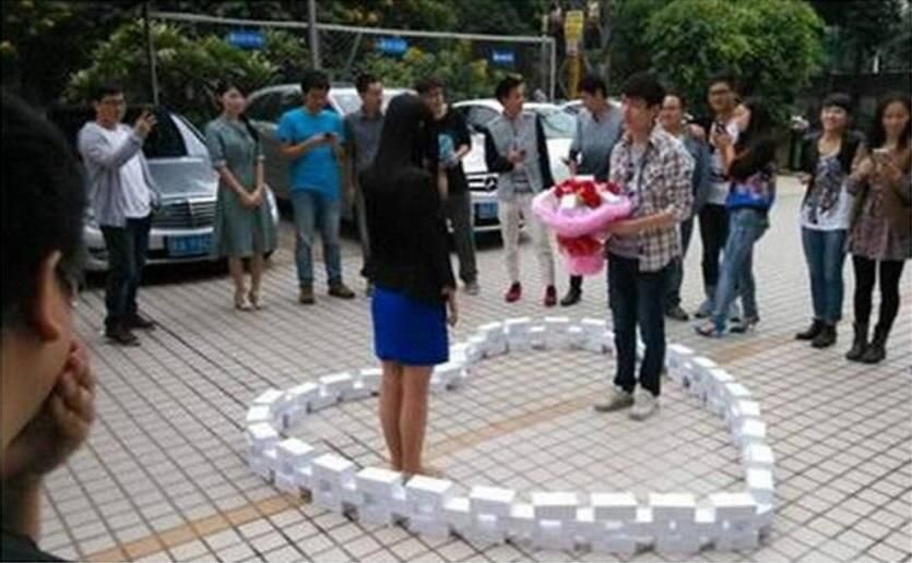 Man Buys 99 iPhones to Propose to His Girlfriend