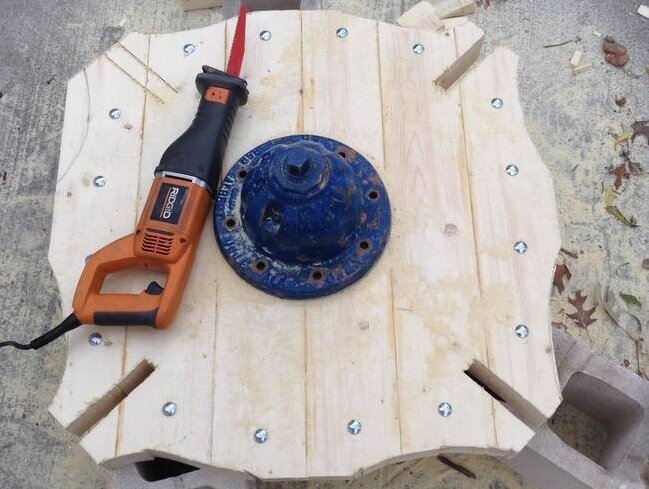 This Guy Built An Awesome Table Out Of An Abandoned Fire Hydrant от Katarina за 22 dec 2014