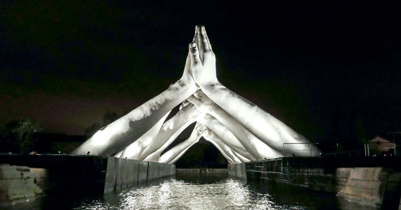 Giant Hands Reaching For Each Other Becomes The Newest Monumental Sculpture In Venice