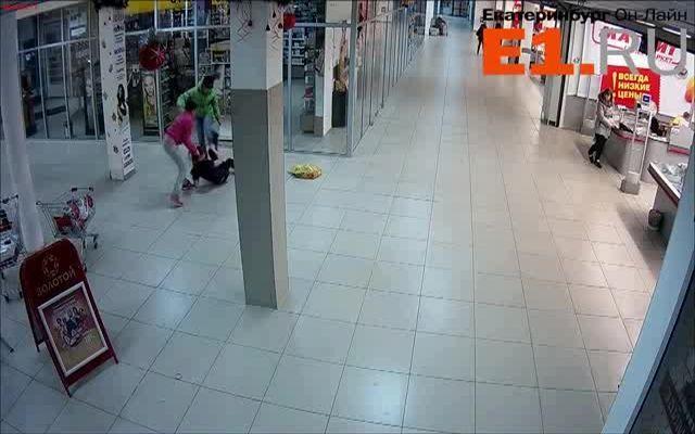 Нападение двух девушек на свою подчиненную
